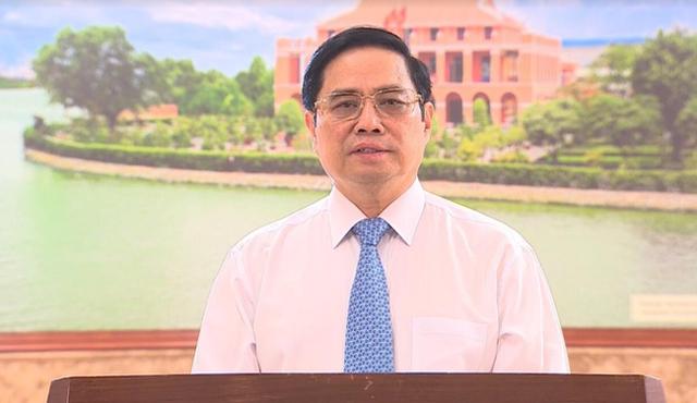 """នាយករដ្ឋមន្រ្តី Pham Minh Chinh ថ្លែងក្នុងកម្មវិធីសិល្បៈ """"តភ្ជាប់រង្វាង់ដៃធំ"""" ដែលមានប្រធានបទ """"ប្រទេសទាំងមូលរួមកម្លាំងកាយចិត្តយកឈ្នះលើជំងឺរាតត្បាតកូវីដ ១៩"""" (ប្រភព៖ VTV)"""