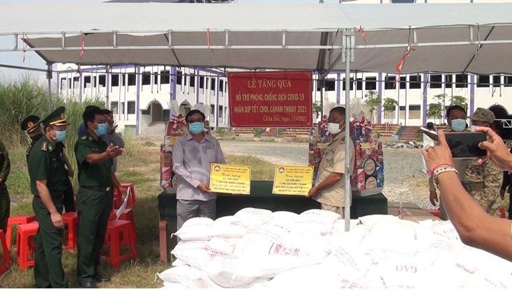ចូវដុក (Chau Doc) រៀបចំគណៈប្រតិភូទៅសួរសុខទុក្ខនិងជូនអំណោយដល់ឃុំចីជប់និងកំពង់ក្រសាំង (កម្ពុជា) ក្នុងឱកាសបុណ្យចូលឆ្នាំថ្មីឆ្នាំ ២០២១។